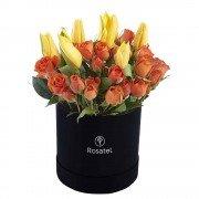 Sombrerera Negra Mediana con 7 Tulipanes  y Flores