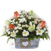 Arreglo Vintage con Rosas Naranjas Verdes y Flores