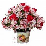 Base madera con 12 Rosas Rojas, Flores y Follaje