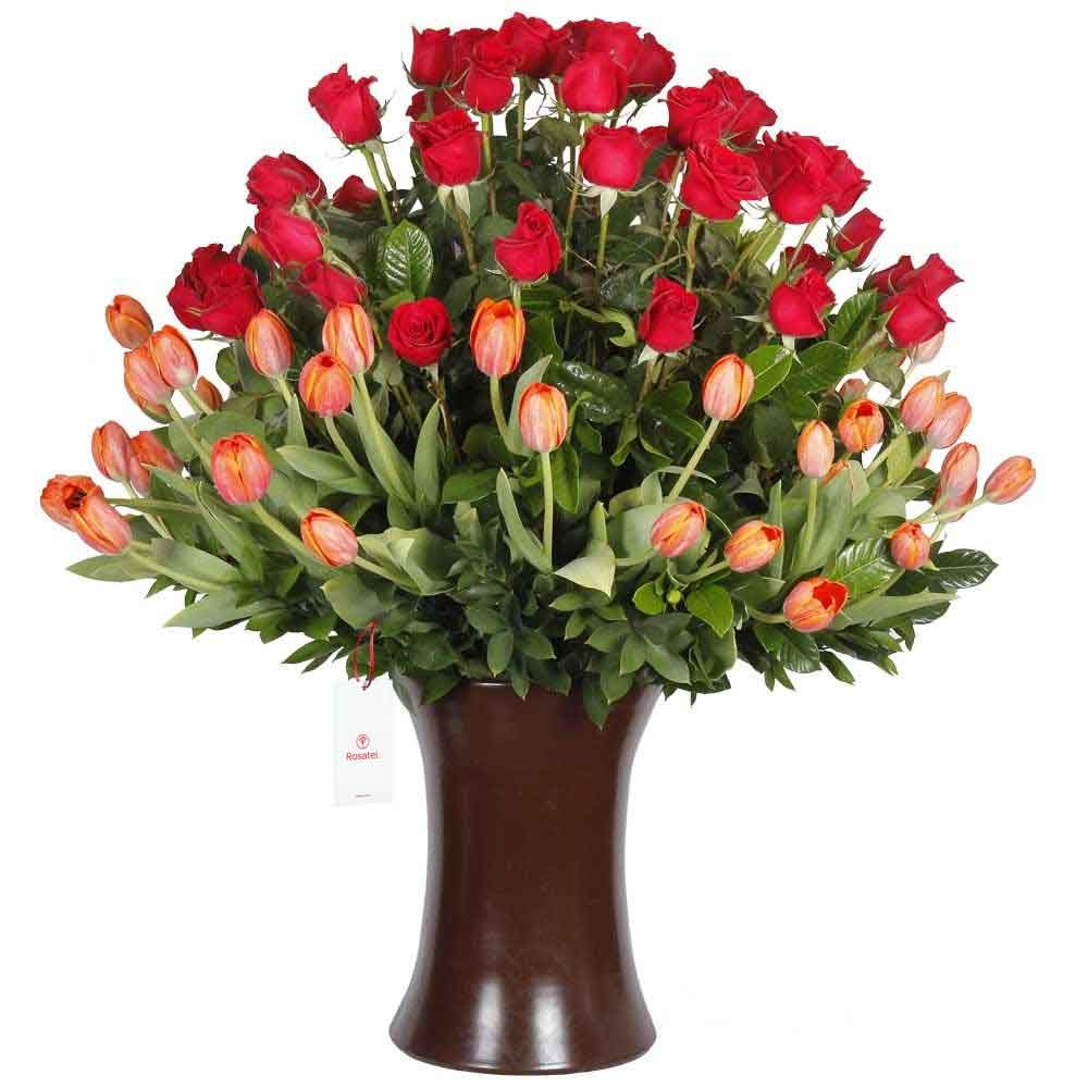 Florero Kero Marrón con 50 Rosas Rojas y 50 Tulipanes
